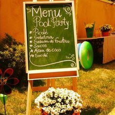 Cardápio da pool party escrito em lousa de giz!