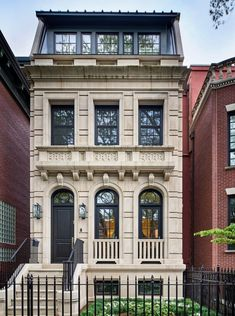 Elegant Townhouse with Classical Architecture - Lincoln Park, Chicago, Illinois