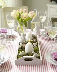 Schnelle Osterideen: Langes Tablett mit Moos und Porzellan-Hasen auf Tisch