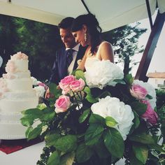 wedding cake moment. Pink roses and white flowers!