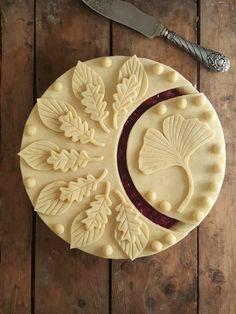 beautiful leaf design for pie crust Just Desserts, Delicious Desserts, Yummy Food, Pie Dessert, Dessert Recipes, Beautiful Pie Crusts, Pie Crust Designs, Pie Decoration, Pies Art