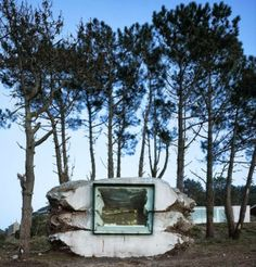 """The Truffle, minimalistický rekreační dům vytvořen uvnitř """"betonové skály"""" se nachází ve španělském městě Costa de Morte. Foto: Ensamble Estudio"""