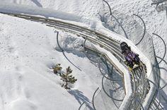 Dos en la curva Un trazado de 550 metros de curvas en descenso y una velocidad máxima de 40 kilómetros por hora. En el parque de actividades Mirlo Blanco, en Sierra Nevada, se puede uno montar en esta especie de montaña rusa invernal con raíles sobre los que avanzan trineos para dos personas. Cada bajada cuesta 5 euros. En la estación de esquí granadina se ofrecen muchas actividades alternativas al esquí, desde el tiro con arco hasta conducir una de estas curiosas máquinas.