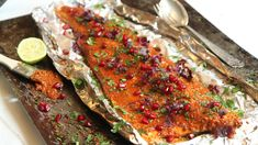 Grillet krydret laks Spicy Salmon, Fish And Seafood, Eating Well, Meatloaf, Lasagna, Food To Make, Main Dishes, Bacon, Bbq