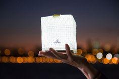 Après sept années de recherche, l'inventeur, la professeur et la fondatrice de Solight Design, Alice Chun a développé une lanterne solaire qui flotte, se plie et peut se compresser et ainsi offrir de la lumière à ceux qui en ont besoin que ce soit pour une utilisation quotidienne ou en cas d'urgence ou de catastrophe.  La lampe est faite de toile de voile recyclable et de 10 DELs lumineuses qui chargent au soleil, offrant une autonomie de 8 à 12 heures. Il y a 3 positions: basse intensité...
