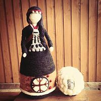 Vellonas de Fieltro Scrap Fabric Projects, Fabric Scraps, Felted Wool Crafts, Felt Crafts, Felt Fairy, Fairy Dolls, Felt Dolls, Needle Felting, Wool Felt