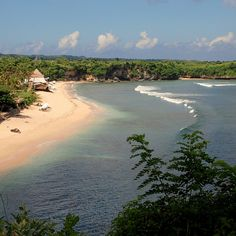 balangan beach of Bias Tugal. Dat ligt verborgen vlakbij bij de plaats Padang Bai. Vanauit Padang Bai gaan er boten richting Lombok en de Gili eilanden. Op een paar avontuurlijke toeristen na en wat goedkope eettentjes is Bias Tugal vaak verlaten. Het strand is te bereiken na circa 500 meter wandelen over een rotsachtig pad. Na deze korte hike wordt je beloond door een prachtig wit zandstrand, turkooizen zee en kokosnootpalmen. Ga je het water in, let dan op dat er een sterke stroming