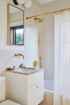 Simple subway tiles in cream bathroom Small Guest Rooms, Cream Bathroom, Flagstone Flooring, Cozy Sofa, Bungalow Renovation, Zillow Homes, Large Baths, Beach Bungalows, Shades Of Beige