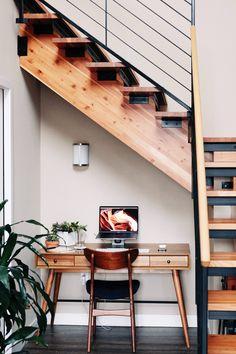Vous bénéficiez d'un espace vide sous vos escaliers ? Profitez de cet espace pour y aménager un bureau : qu'il s'agisse d'un escalier avec ou sans contremarches, des solutions existent pour aménager un espace de travail confortable, à l'aide de quelques planches et sans oublier un éclairage adapté. #bureau #homeworking #teletravail #coin #mezzanine #amenagement #espace #bois #petit #meuble #rangement #astuces Interior Design Photos, Office Interior Design, Office Interiors, Home Office Setup, Home Office Space, Office Nook, Small Apartments, Small Spaces, Minimalist Desk