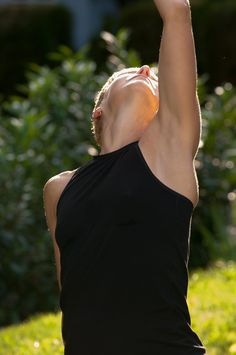 AIKYOUnistas love our styles, here our top JEAN worn at an outdoor yoga class.