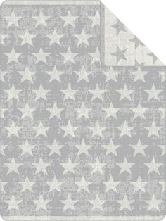 Viele Sterne bringt die Wohndecke »Starline« der Marke s.Oliver zu Ihnen nach Hause. Die Jacquard Decke ist mit vielen großen Sternen versehen und der Hintergrund erschient mit einer groben Strukturoptik. Der gekettelte Zierstich bildet einen wunderbaren Abschluss dieser tollen Decke. Das Material aus einem Baumwoll-, Polyacryl- und Polyester-Mix eignet sich für die Trocknung im Trockner und is...