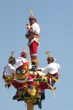 The ceremony of the Voladores de Papantla is a cultural tradition of the Totanac people of Veracruz. Dating back to ancient times and has been passed down through the generations. San Miguel is one of many places where you can see this first hand. Mexican Art, Mexican Style, We Are The World, People Around The World, Central America, South America, Hispanic Culture, Mexican Heritage, Mexico Culture