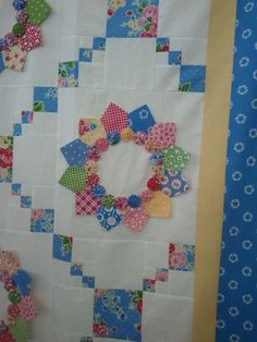 Dresden quilt with Yoyos. Dresden Plate Patterns, Dresden Plate Quilts, Quilt Block Patterns, Quilt Blocks, Quilt Kits, Quilting Projects, Quilting Designs, Quilting Ideas, Flower Quilts
