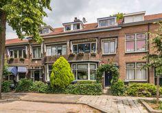 Bent u op zoek naar een ruime karakteristieke jaren 30 woning in de geliefde 'Indische Buurt' in Dordrecht. Zoek dan niet verder! Deze sfeervolle woning heeft onder andere ruime leefruimten, glas-in-lood ramen, een mooie erker, balkons aan de voor- e