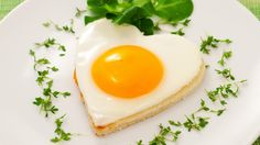 Regardless of your dieting goals, high protein snacks play a key role in keeping you satisfied and full of energy. Protein slows digestion, fights off crav Romantic Breakfast, Breakfast In Bed, Morning Breakfast, Breakfast Healthy, Breakfast Ideas, Chemical Diet, Egg Recipes, Healthy Recipes, Healthy Habits