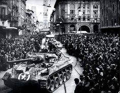 21 Aprile 1945 La liberazione di Bologna All'alba entrano a Bologna le prime unità combattenti alleate: alle 6 da est i soldati del 2° Corpo Polacco dell'VIII Armata, al comando del generale Anders, alle 8 da sud i reparti avanzati della 91a e 34a divisione USA, avanguardie dei gruppi di combattimento italiani Legnano, Friuli, Folgore e parte della brigata partigiana Maiella, aggregata all'VIII Armata. I soldati italiani sono stati fermati alle porte della città per dare la precedenza ai…
