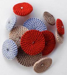 Vera João Espinha es una tejedora portuguesa que ha conseguido crear un universo personal únicamente con sus complementos laneros. Broches, pulseras, collares…, y casi cualquier adorno que se…