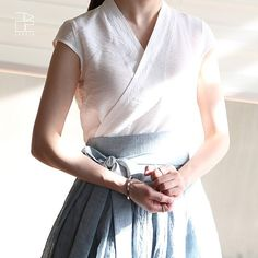 Linen top in white with Korean influence. Korean Traditional Dress, Traditional Fashion, Traditional Dresses, Modern Hanbok, Korean Dress, Blouse Dress, Mode Inspiration, Asian Fashion, Nice Dresses