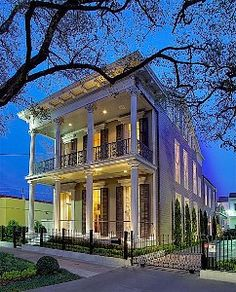 New Orleans House Rental: A 4 Br Luxury Home On St Charles Avenue In The Garden District New Orleans Homes, New Homes, New Orleans Architecture, Shotgun House, Southern Homes, Southern Charm, Southern Style, Victorian Homes, Victorian Design