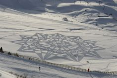 Simon Beck snow-art has created some of the most amazing and jaw dropping drawings on snow. Here is a collection of some of his best arts and a video of how Simon started being a Snow Artist. Simon Beck, Snow Artist, Amazing Photography, Art Photography, Pancake Art, Snow Activities, Physical Activities, Circle Art, Crop Circles