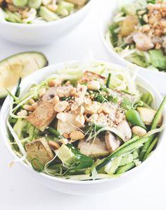 Erdnuss-Sesam Zoodle Salat mit Avocado und gebratenem Tofu   www.juyogi.com