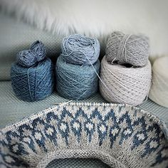 sarahinparisknits' test knit of a stranded colorwork yoke sweater, knit in subtle blue and gray tones of Holst Garn Coast and Holst Garn Supersoft. Sweater pattern: Arata Sweater by Jennifer Steingass. Cable Knitting, Knitting Yarn, Knitting Patterns, Knitting For Kids, Knitting Projects, Ravelry, Big Yarn, I Love This Yarn, Sport Weight Yarn