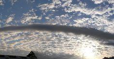 Nuvem volutus, baixa e horizontal.