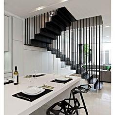 E essa escada sustentada por tirantes? Linda, né? Alem de ser estrategicamente um elemento que divide a sala de estar da sala de jantar! E você esta precisando mudar sua casa?👉📧contato@mikail.com.br #Mikail #MikailDecor #Inspiração