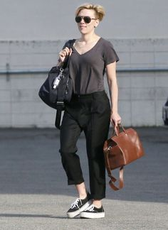 Στην Σίφνο κάνει διακοπές η Scarlett Johansson: Η εμφάνισή της σε εστιατόριο του νησιού!