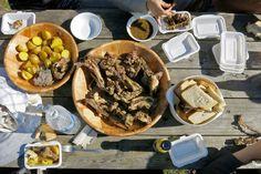 Mongolisches BBQ - auf einem Risch stehen Holzschüsseln mit Fleisch, Kartoffeln…