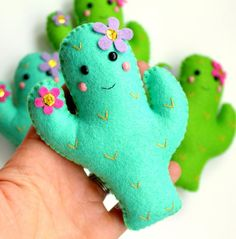 Make Your Own felt Flamingo and Cactus Garland Kit. Fai il tuo feltro Flamingo e cactus Garland Kit. Felt Crafts Diy, Felt Diy, Sewing Crafts, Sewing Projects, Felt Garland, Diy Garland, Felt Patterns, Stuffed Toys Patterns, Cactus Craft