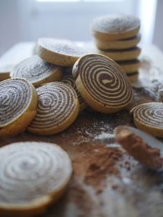 Chocolate and vanilla shortbread spiral Shortbread Biscuits, Cookies Et Biscuits, Biscotti Cookies, Yummy Cookies, Xmas Food, Christmas Desserts, Delicious Desserts, Yummy Food, K Food