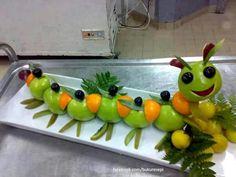 Oruga con frutas