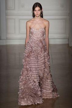 Guarda la sfilata di moda Valentino a Parigi e scopri la collezione di abiti e accessori per la stagione Alta Moda Primavera Estate 2009.