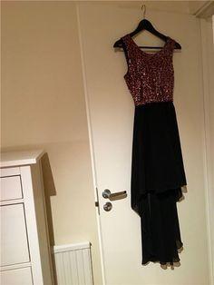 Festklänning med överdel i paljetter och svart underdel, lång bak och kort fram 199 kr