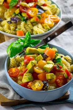 Healthy and delicious - avocado tomato pasta in just 12 minutes .- Healthy and delicious – avocado tomato pasta in just 12 minutes Veggie Recipes, Pasta Recipes, Beef Recipes, Salad Recipes, Vegetarian Recipes, Snack Recipes, Dinner Recipes, Cooking Recipes, Healthy Recipes