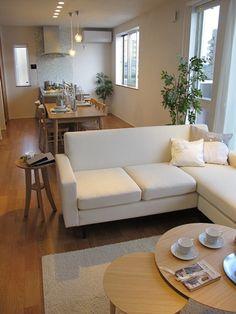 ナチュラルの家具とシルバーのキッチン・インテリア小物を合わせたコーディネート実例をご紹介します
