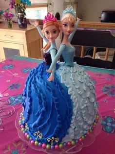 Elsa & Anna Frozen Cake with Barbies. Such a sweet idea for a frozen birthday party theme! cake Elsa & Anna Frozen Cake with Barbies. Such a sweet idea for a frozen birthday party theme! Anna Frozen Cake, Bolo Frozen, Anna Cake, Ana Frozen, Frozen Disney, Frozen Doll Cake, Elsa Doll Cake, Frozen Sheet Cake, Easy Frozen Cake