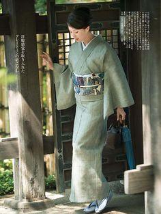 美しいキモノ 夏号 Traditional Japanese Kimono, Traditional Fashion, Traditional Dresses, Yukata, Geisha, Ethnic Trends, Kimono Design, Japanese Costume, Japan Woman