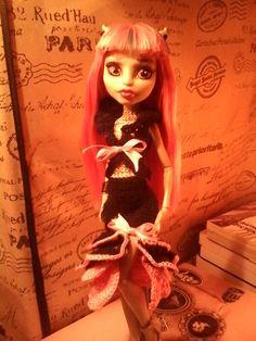 """Rochelle Goyle három részes """"rózsaruhában"""" Monster High Doll Clothes, Monster High Dolls, Crochet Monster High, Crochet Clothes, Crochet Dresses, Rochelle Goyle, Barbie Dolls, Beautiful Outfits, Aurora Sleeping Beauty"""