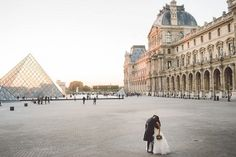 Louvre Museum Wedding Picture | Image by Mateos Wedding Photography