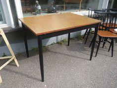 Ikilevypintainen keittiönpöytä, pöytälevy hyvässä kunnossa, jaloissa näkyy pieniä kulumajälkiä sekä valkoisia maalin roiskeita.  Hyvännäköinen pöytä, joka pysyy siistinä eikä vaurioidu kosteasta.  Koko 104 x 74 cm, korkeus 73 cm.  100 euroa.