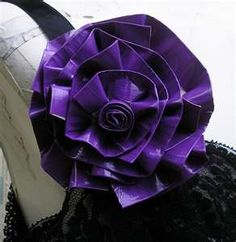 How to Make a Duct Tape Flower. Oh the possibilities. Looks like so much fun. Duct Tape Rose, Duct Tape Purses, Duct Tape Flowers, Duct Tape Projects, Duck Tape Crafts, Diy Projects, Best Bookmarks, Unicorn And Glitter, Architecture Tattoo