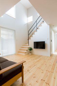 吹き抜け/甲賀市 S様邸 | 滋賀で設計士とつくる注文住宅 ルポハウス Living Room Under Stairs, Stairway Walls, Home Design Living Room, Minimal Home, Japanese Interior, House Stairs, Small House Design, Staircase Design, Apartment Interior