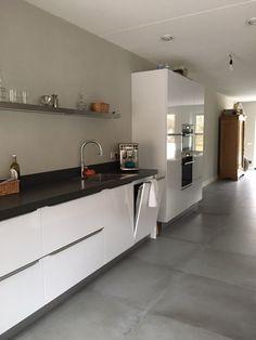 """""""Na jaren een houten vloer gehad te hebben, wilden we in ons nieuwe huis iets anders. We hebben gekozen voor grote 80x80 tegels met een 'beton-look'. Onze angst was dat het misschien wat te strak zou worden maar de vloer combineert heel mooi met onze nieuwe keuken en onze meubels. Met deze vloer hebben we in ieder geval een mooie basis gelegd."""" #betonlooktegels #betonlook #vloertegels #woonkamer #plavuizen #vloer #lingenkeramiek Decor, Kitchen Cabinets, Cabinet, Kitchen, Sweet Home"""