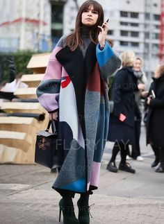 Idée et inspiration street style tendance 2017 Image Description Oversize that jacket (and that jacket's print), and you can wear all the basics you want underneath. Warm Dresses, Nice Dresses, Look Fashion, Winter Fashion, Net Fashion, Fashion Women, London Fashion Week 2015, Kimono Coat, Long Wool Coat