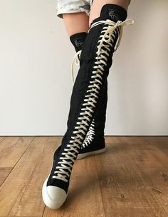 Knee High Converse, Knee High Sneakers, Converse Boots, Cute Emo Outfits, Edgy Outfits, Look Fashion, Fashion Shoes, Fashion Outfits, Goth Shoes