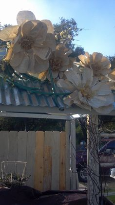 Huge flowers with garden hose stems Newspaper Flowers, Large Paper Flowers, Giant Paper Flowers, Diy Flowers, Fabric Flowers, Faux Flowers, Craft Show Displays, Craft Show Ideas, Store Displays
