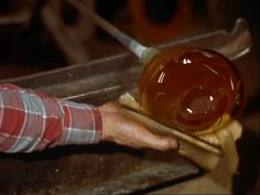 An exuberant Oscar®-winning film on on glass-blowing, automation and all that…