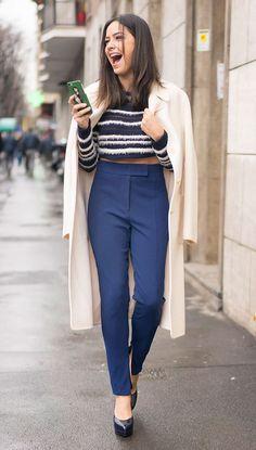 Street style look com cropped listrada, calça azul social e salto.